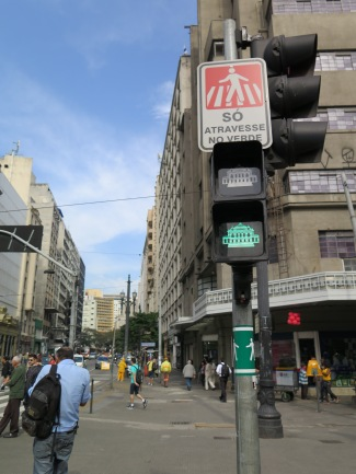 Instead of a person walking, this light used the Theatro Municipal to signal stop and go